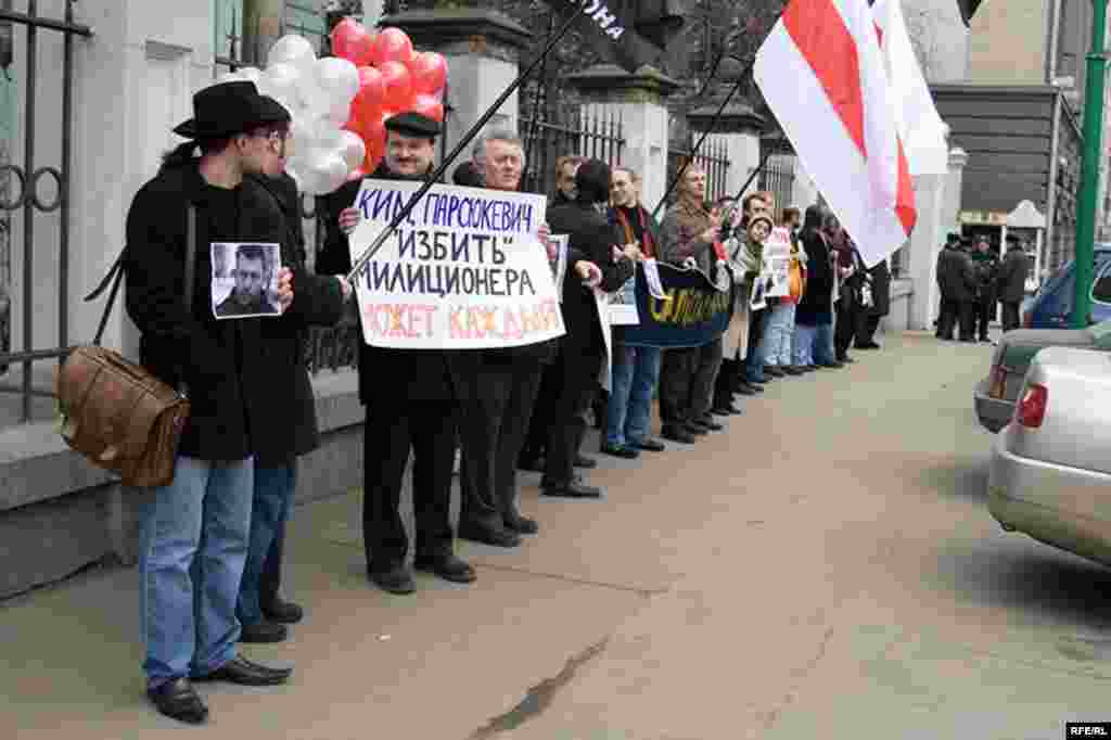 Напротив посольства республики Беларусь на улице Маросейка собралось около 20 человек