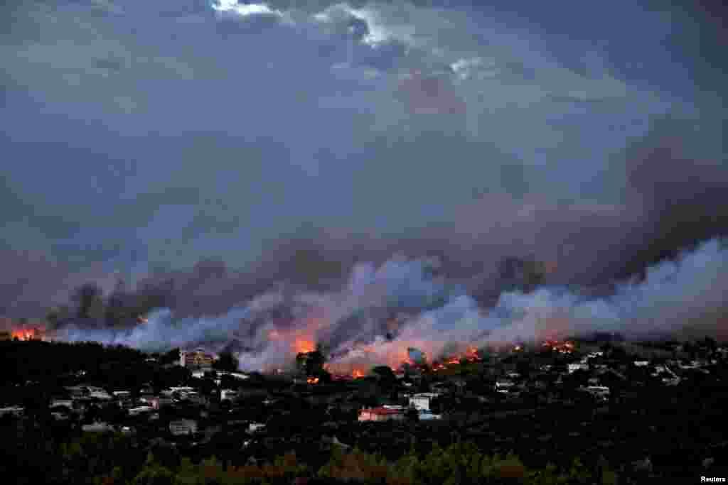 Пожар в городе-порте Рафина, расположенном в районе столицы Греции Афин, 23 июля 2018 года.