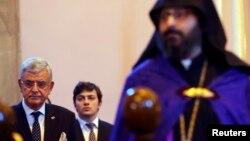 Թուրքիայի Եվրամիության գործերով նախարար Վոլքան Բոզքըրը (ձախից) 2015-ի ապրիլի 24-ին Ստամբուլի Սուրբ Աստվածածին եկեղեցում Պատարագի ժամանակ