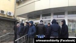 İnsanlar Rostov-na-Donudaki mahkeme ögünde toplaşa