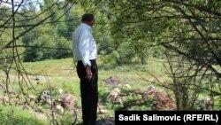 Джемаил Хасанович оглядывает место у дороги из Сараева. 9 сентября 2014 года.