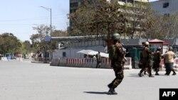 Сотрудники сил безопасности Афганистана у здания министерства коммуникаций страны. 20 апреля 2019 года
