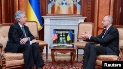 Adjunctul secretarului de stat american William Joseph Burns la o întrevedere cu noul premier ucrainean Arseni Iațeniuk la Kiev