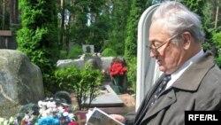 Генадзь Бураўкін на магіле Васіля Быкава, ліпень 2009-га
