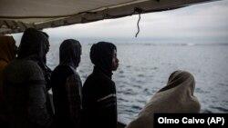 Мигранты из Африки, которых спасли из тонущего судна у берегов Испании (архивное фото).