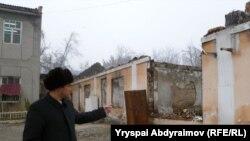 """""""Ширин"""" акционердик коомунун башчысы Мурадил Жалалов былтыр өрттөнгөн ишканасын көрсөтүүдө."""