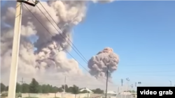 Клубы дыма в небе над местом взрывов в хранилище боеприпасов вблизи города Арысь Туркестанской области. 24 июня 2019 года.