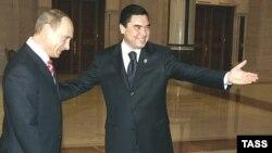 Türkmenistanyň prezidenti Gurbanguly Berdimuhamedow (sagda) we Wladimir Putin Aşgabatda, 2007-nji ýylyň 11-nji maýy.