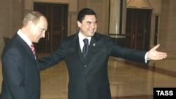 Orsýetiň prezidenti Wladimir Putin (ç) we Türkmenistanyň prezidenti Gurbanguly Berdimuhamedow (s), Aşgabat, 11-nji maý, 2007
