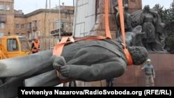 Ленин ескерткішін тұғырынан құлату сәті. Запорожье, Украина, 17 наурыз 2016 жыл.