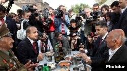 Ветераны войны обедают с руководством страны в Парке Победы в Ереване, 9 мая 2011 г.