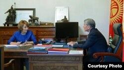 Нурсулу Ахметова президент Алмазбек Атамбаев менен жолуккан учур.