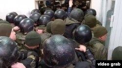 У суді сталася штовханина між силовиками і людьми, що зібралися на підтримку Кузьменко