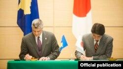 Hashim Thaçi (majtas) dhe Shinzo Abe gjatë nënshkrimit të Deklaratës së përbashkët për bashkëpunim ndërmjet dy vendeve