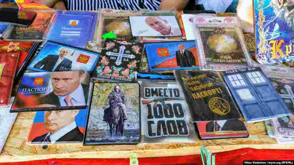 Зображення президента Росії Володимира Путіна частіше можна зустріти на обкладинках для паспортів