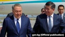 Gyrgyzystanyň prezidenti Sooronbaý Jeenbekow (s) we Gazagystanyň prezidenti Nursoltan Nazarbaýew (ç)