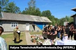 Прощання з Василем Чорнеєм на рідному подвір'ї у селі Троїця