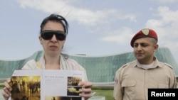 Задержанный Георгий Абдаладзе уверен, что власти решили отомстить за фотографии, сделанные в ночь разгона акции 26 мая. На фото: супруга фоторепортера