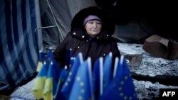 Прилавок с флагами Украины и ЕС на площади Независимости в Киеве