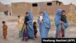 Familii afgane nevoite să-și părăsească casele din cauza războiului, august 2021.