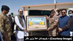 د بلوچستان اعلاوزیر جام کمال ته د بادیني ټرمینل تصویر ډالۍ کېږي: ۲۰۲۰، ۱۶ سپټمبر
