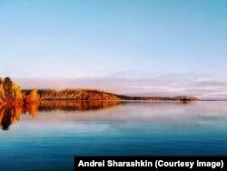 Hajnal az Angara folyónál, Oroszország középső részén 2020 szeptemberében