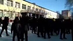 В Караганде на улицы вышли сотни людей