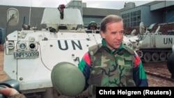 Джо Байден, тодішній сенатор, розмовляє з журналістами, стоячи перед данським бронетранспортером в аеропорту Сараєва. 9 квітня 1993 року