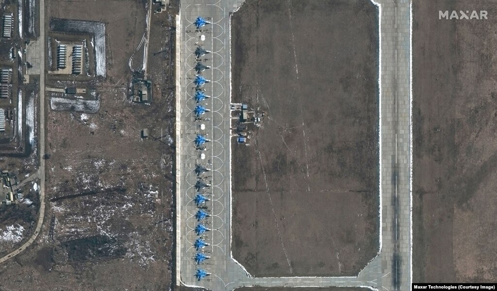 Avionë ushtarakë rusë të tipit Sukhoi Su-34 shihen në pistën e bazës ajrore ruse, Morozovsk.