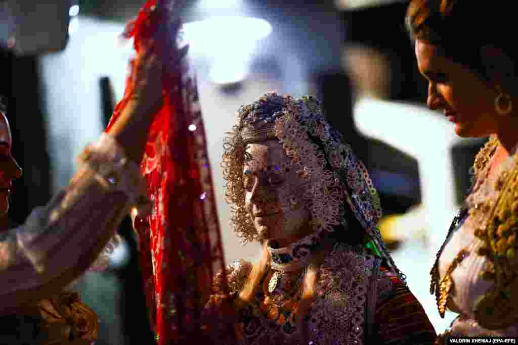 Лицо невесты с уникальной росписью открывают во время клятвы на верность