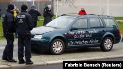 Канцлер Меркель қароргоҳи дарвозасига келиб урилган автомобиль, Берлин, 2020 йил 25 ноябри.