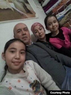 Мадина с отцом, матерью и младшей сестрой.