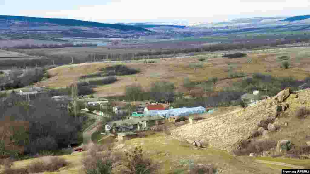 Краєвид на село з гребеня ущелини. Вдалині видніються багатоповерхівки Сімферополя. До нього – 23 кілометри