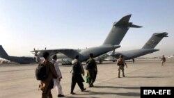 Воен авион на аеродромот во Кабул.