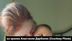 Анастасия Дарбинян с дочерью