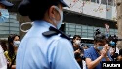 Тяньаньмэнь қырғынының құрбандарын еске алған топты бақылап тұрған полиция. Сәуір айы, 2021 жыл.