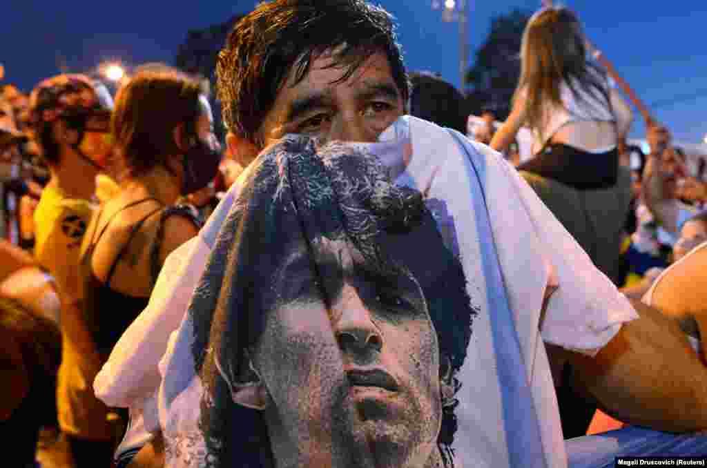 A legendás futballistát gyászolják rajongói a Buenos Aires-i halottasház előtt, ahova a testét elhelyezték. Diego Maradona 60 éves volt.