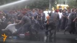 Poliția armeană folosește forța pentru a dispersa protestanții