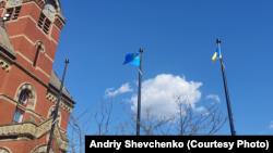 Крымскотатарский и украинский флаги возле мэрии Фредериктона, Канада, 18 мая 2021 года