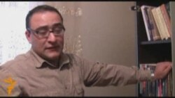 Əli Əkbərin yazı masası... O, yeni epataj romanı yazır