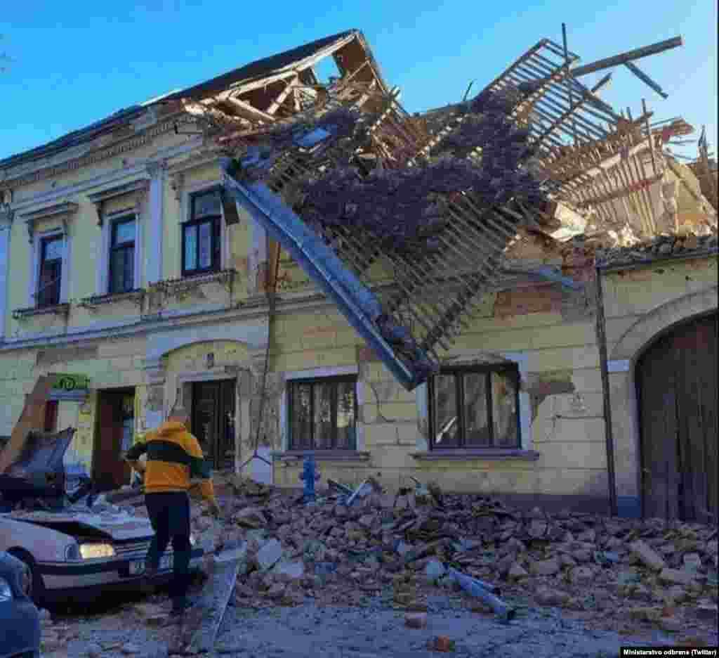 Голем дел од куќите и старите згради во Петриња се разурнати и, како што денеска изјави хрватскиот премиер Андреј Пленковиќ, градот не е безбеден.