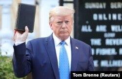 Президент Трамп на фоне церкви Святого Иоанна около Белого дома на следующий день после поджога церкви 1 июня 2020 года