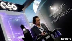 Egy férfi olvas az NSO Group Technologies cég standjánál a berlini Európai Rendőrségi Kongresszuson. Az NSO az okostelefonok távolból történő megfigyelését lehetővé tevő Pegasus kémszoftveréről ismert izraeli technológiai vállalat