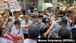 Сторонники незарегистрированной Демпартии обращаются к полицейским. Алматы, 6 июля 2021 года