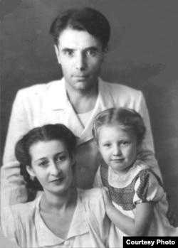 Şamil Alâdin ve Fatma Ametova qızları Dilâranen. Leylâ Alâdinovanıñ arhivinden