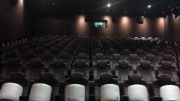 Пустой зал кинотеатра Chaplin Cinema.