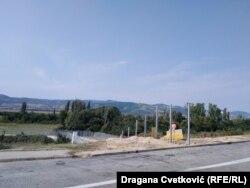 Završni radovi su prekinuti u ataru sela Miratovac, gde je planirano da uskoro bude otvoren malogranični prelaz Miratovac–Lojane.