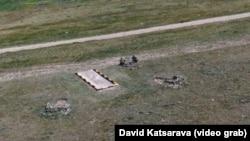 Заметив дрон, российские военнослужащие срочно покинули место дислокации, увезя на транспорте и саму конструкцию