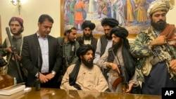 """Боевики """"Талибана"""" в президентском дворце в Кабуле, 15 августа 2021 года"""