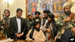 Luftëtarët talibanë në dhomën e presidentit afgan, Ashraf Ghani, 15 gusht 2021.
